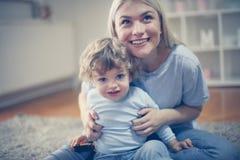 Blonde Mutter und ihr Sohn Porträt Lizenzfreies Stockfoto