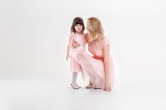 Blonde Mutter und süße kleine Tochter im Rosa kleidet Prinzessinnen Stockbild