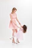 Blonde Mutter und süße kleine Tochter im Rosa kleidet Prinzessinnen Lizenzfreies Stockbild