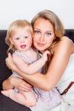 Blonde Mutter und Tochter Stockfoto