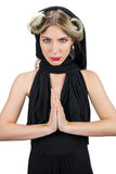 Blonde mystérieuse décontractée portant la pose noire de vêtements Image stock