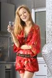 Blonde na cozinha moderna Imagens de Stock Royalty Free