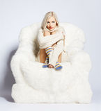 Blonde na poltrona peludo Fotografia de Stock Royalty Free