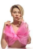 Blonde Nackte im Großen rosa Bogen Stockfotos