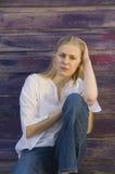 Blonde nadenkende jonge vrouw Stock Afbeeldingen