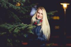 Blonde nahe Tanne und Lampe Stockfotos