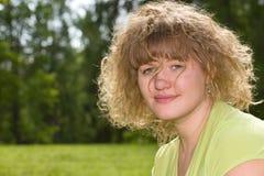 Blonde natural con un pelo voluminoso fotografía de archivo