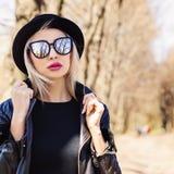 Blonde nette Frau draußen Weibliche Gesichtsnahaufnahme Lizenzfreie Stockbilder
