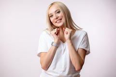 Blonde nette Frau tanzt mit den Fäusten Stockbild