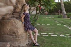 Blonde nette glückliche kaukasische Frau in einem zufälligen romantischen Kleid-sta Stockfotos