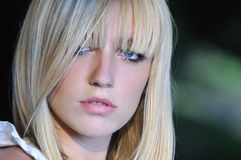 Blonde nette junge Frau, die draußen in der Natur lächelt Stockfoto