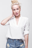 Blonde nette junge Frau Schönheitsporträt, perfektes Make-up Vorbildliche Prüfungen Junges Mädchen im Weiß Lizenzfreies Stockfoto