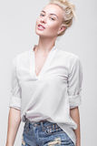 Blonde nette junge Frau Schönheitsporträt, perfektes Make-up Vorbildliche Prüfungen Junges Mädchen im Weiß Stockbilder