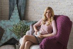 Blonde nette nehmen geeignete Geschäftsfrau beim Strickjackenlächeln ab gemütliche COM Stockbild