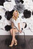 Blonde nette nehmen geeignete Geschäftsfrau im grauen Rock ab, der auf Wechselstrom sitzt Stockbilder
