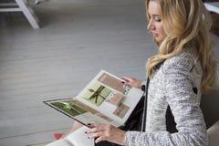 Blonde nette nehmen geeignete Geschäftsfrau im schwarzen Kleid und in den grauen clas ab Stockfotos