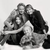 Blonde niederländische Familie mit Hund Lizenzfreies Stockfoto