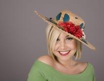 Blonde no chapéu florescido e no sorriso agradável imagem de stock