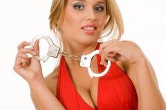 Blonde normale chaude avec des menottes au-dessus de blanc Photo stock