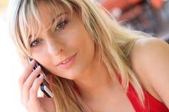 Blonde novo bonito com um telefone móvel Fotografia de Stock