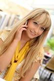 Blonde novo bonito com um telefone móvel Fotos de Stock Royalty Free