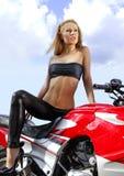 Blonde novo em uma motocicleta foto de stock royalty free