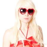 Blonde novo em vidros heart-shaped foto de stock royalty free