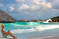 Blonde ontsnapte aan & tropische kust Stock Fotografie
