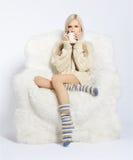 Blonde op bontleunstoel Royalty-vrije Stock Afbeeldingen