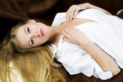 Blonde op de bank Royalty-vrije Stock Fotografie