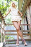 Blonde op de portiek Royalty-vrije Stock Foto