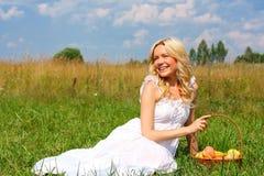 Blonde op groen gras Stock Foto