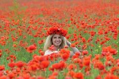 Blonde op het papavergebied royalty-vrije stock foto
