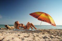Blonde op het strand Stock Fotografie