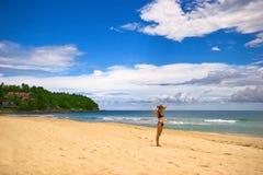 Blonde op het strand Stock Foto's