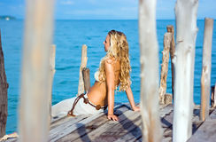 Blonde op pijler royalty-vrije stock afbeelding