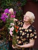 Blonde Pensionärschönheit mit Blumenblumenstraußabschluß oben Stockfotos