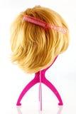 Blonde Perücke mit Kamm Stockbild