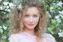 Blonde piacevole con capelli ricci immagine stock
