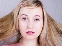blonde portret van de haar jonge vrouw Royalty-vrije Stock Fotografie