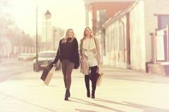 Blonde pour une promenade dans la ville Images libres de droits
