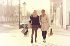 Blonde pour une promenade dans la ville Photo libre de droits