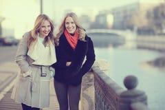 Blonde pour une promenade dans la ville Photos stock