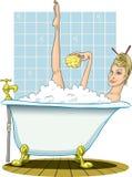 Blonde prenant un bain chaud, avec l'éponge. Photo stock