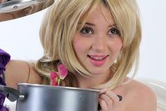 Blonde Prinzessin mit Wanne Stockfoto