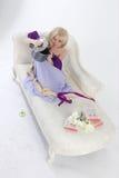 Blonde Prinzessin mit Wanne Lizenzfreie Stockbilder