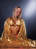 Blonde que desgasta um xaile do ouro Imagem de Stock