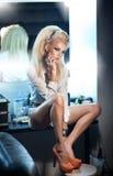 Blonde que disfruta de su trabajo de la manera Foto de archivo libre de regalías