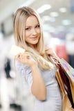 Blonde que hace compras Foto de archivo libre de regalías