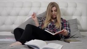 Blonde que lee un libro almacen de metraje de vídeo